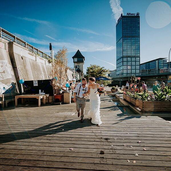 Hochzeitsfotograf_Berlin_Hochzeit_im_Osthafen_Zeremonie_Brautpaar_gemeinsamer_Spaziergang