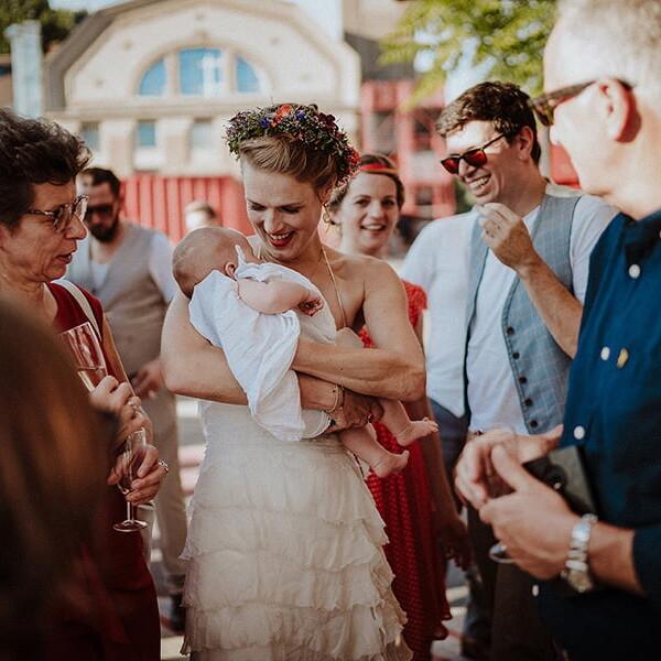 Hochzeitsfotograf_Berlin_Hochzeit_im_Osthafen_nach_der_Zeremonie_Braut_mit_Baby_Familie