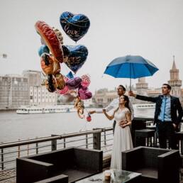 Hochzeitsfotograf_Berlin_Hochzeitsfeier_an_der_Spree_Brautpaar