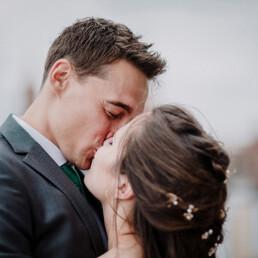 Hochzeitsfotograf_Berlin_Hochzeitsfeier_an_der_Spree_Brautpaar_Kuss