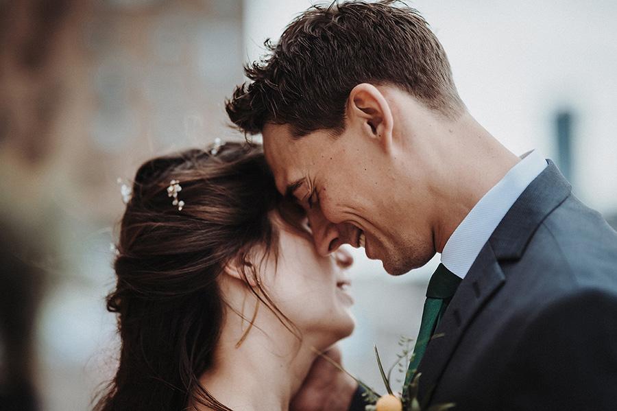 Hochzeitsfotograf_Berlin_Hochzeitsfeier_an_der_Spree_Brautpaar_romantisch