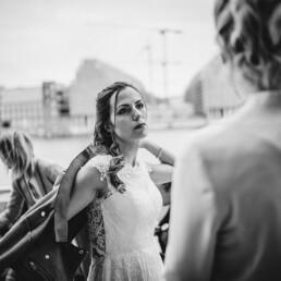 Hochzeitsfotograf_Berlin_Hochzeitsfeier_an_der_Spree_sw