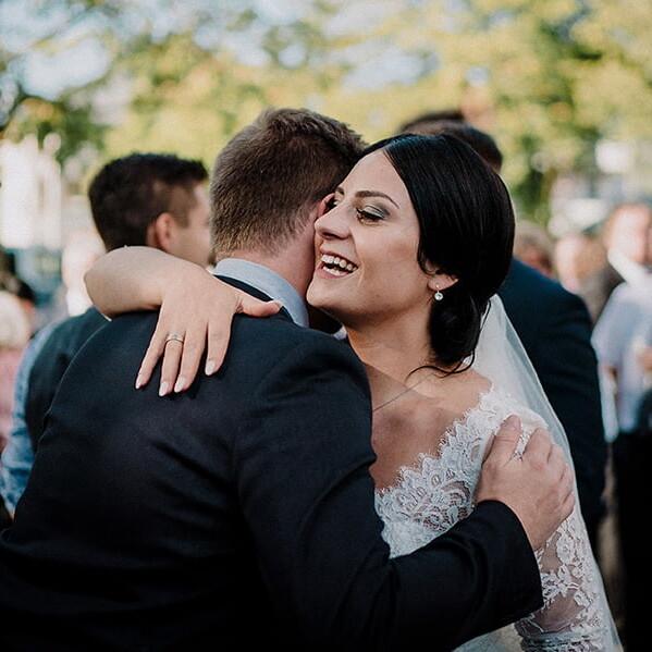 Hochzeitsfotograf_Braut_nach_der_Zeremonie_vor_der_Kirche_Gratulant