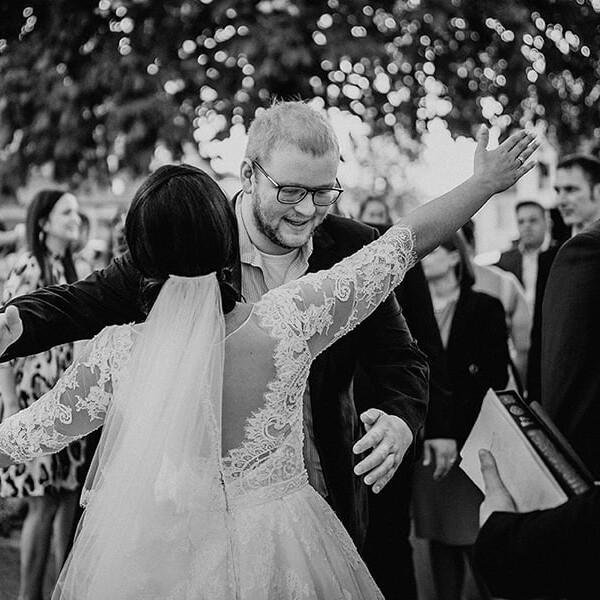Hochzeitsfotograf_Braut_nach_der_Zeremonie_vor_der_Kirche_Gratulant_sw