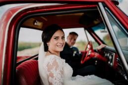 Hochzeitsfotograf_Brautpaar_im_roten_Auto