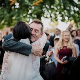 Hochzeitsfotograf_Brautpaar_nach_der_Zeremonie_vor_der_Kirche_Gratulanten