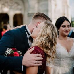Hochzeitsfotograf_Brautpaar_nach_der_Zeremonie_vor_der_Kirche_Gratulantin