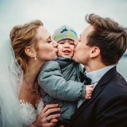 Hochzeitsfotograf_Empfang_Brautpaar_mit_Baby