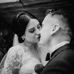 Hochzeitsfotograf_Fotosession_Braut_Braeutigam_Kuss_sw
