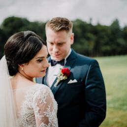 Hochzeitsfotograf_Fotosession_Brautpaar_im_Gruenen