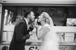 Hochzeitsfotograf_Fotosession_Brautpaar_lustig_Eis_essen