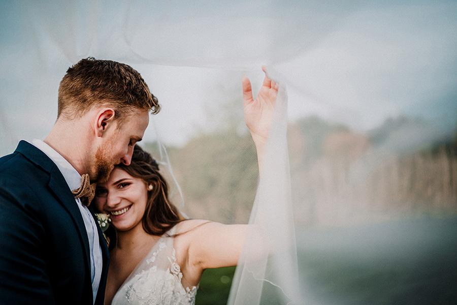 Hochzeitsfotograf_Fotosession_Brautpaar_mit_Brautschleier