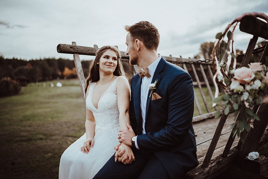 Hochzeitsfotograf_Fotosession_Brautpaar_mit_Pferdekutsche