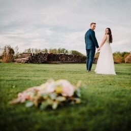 Hochzeitsfotograf_Fotosession_Brautpaar_mit_Strauss