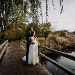 Hochzeitsfotograf_Fotosession_Brautpaar_romantisch_auf_der_Bruecke