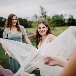 Hochzeitsfotograf_Fotosession_Hochzeitsgaeste_Frauen_mit_der_Braut