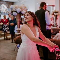 Hochzeitsfotograf_Hochzeitsempfang_Brautstrauss_fangen