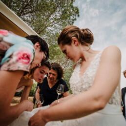 Hochzeitsfotograf_Hochzeitsfeier_Brautkleid_reparieren