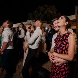 Hochzeitsfotograf_Hochzeitsfeier_Feuerwerk_Hochzeitsgaeste