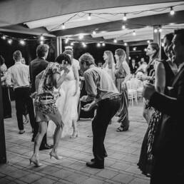 Hochzeitsfotograf_Hochzeitsfeier_Party_verrueckter_Tanz_sw