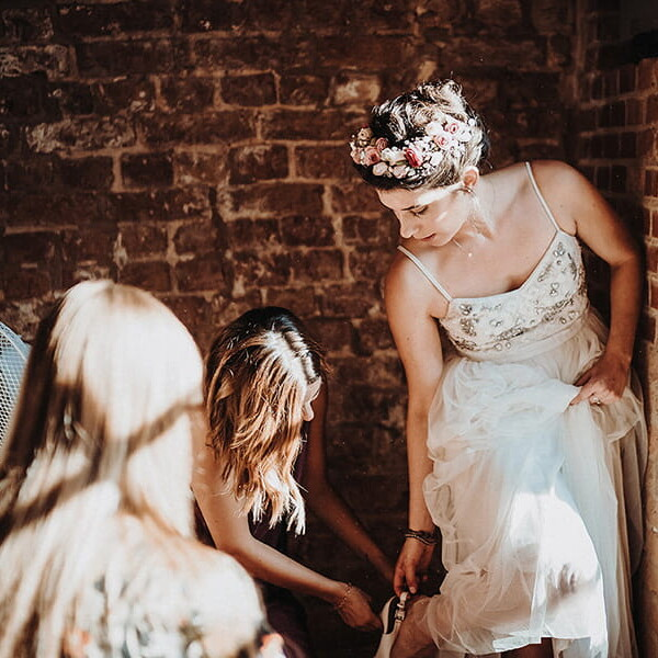 Hochzeitsfotograf_Vorbereitung_Braut__zieht_Schuhe_an