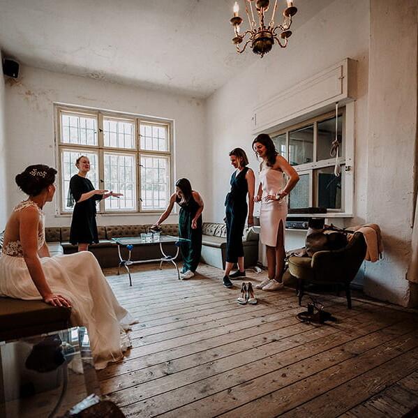 Hochzeitsfotograf_Vorbereitung_Braut_und_Familie_Frauen
