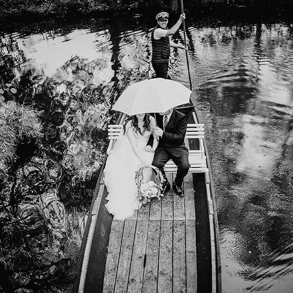 Hochzeitsfotograf_Zeremonie_Braut_mit_Regenschirm_Ankunft_mit_Boot