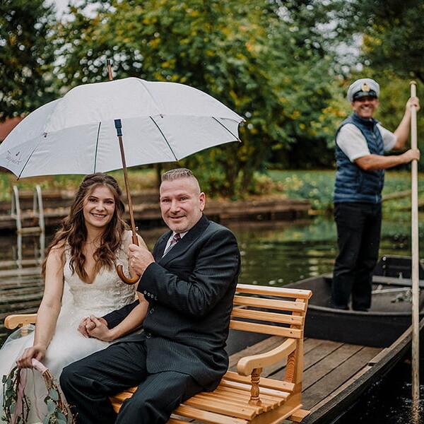 Hochzeitsfotograf_Zeremonie_Braut_mit_Vater_Ankunft_mit_Boot
