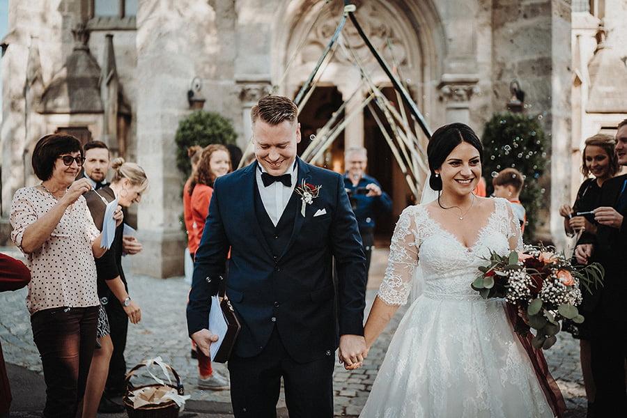 Hochzeitsfotograf_Zeremonie_Brautpaar_Ausgang_aus_der_Kirche_Skispalier
