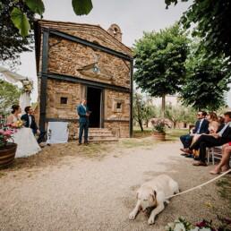 Hochzeitsfotograf_Zeremonie_Brautpaar_Gaeste_erwartungsvoll