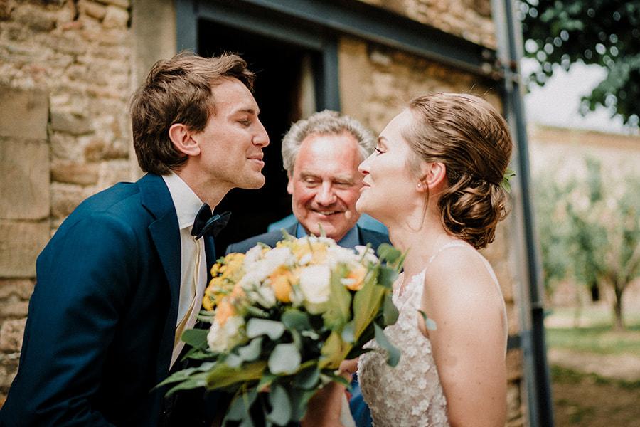 Hochzeitsfotograf_Zeremonie_Brautpaar_mit Vater