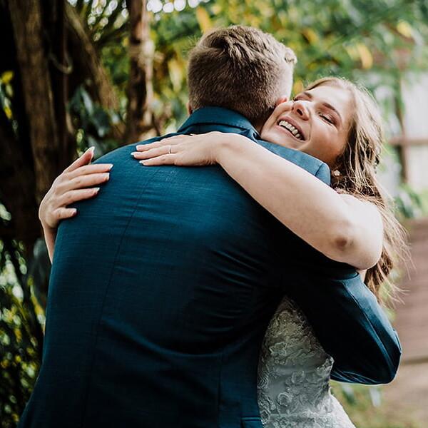 Hochzeitsfotograf_Zeremonie_im_Park_Braut_Gratulation_Freund