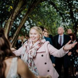 Hochzeitsfotograf_Zeremonie_im_Park_Brautpaar_Gratulation_Freund
