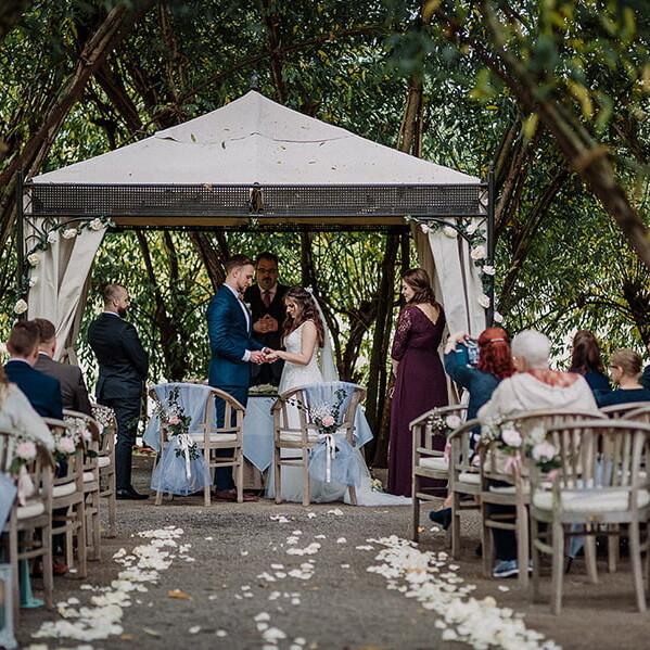 Hochzeitsfotograf_Zeremonie_im_Park_Ehegeluebde