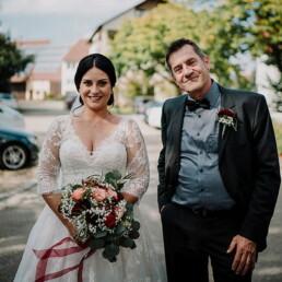 Hochzeitsfotograf_Zeremonie_in_der_Kirche_Ankunft_Braut_mit_Vater