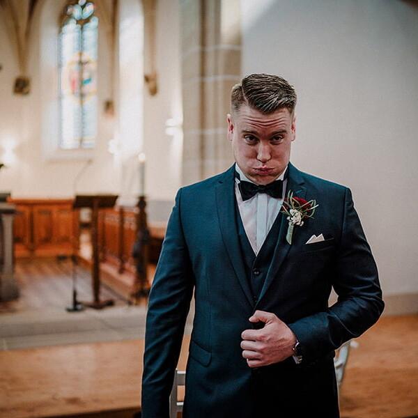 Hochzeitsfotograf_Zeremonie_in_der_Kirche_Braeutigam_wartet_auf_die_Braut_lustig