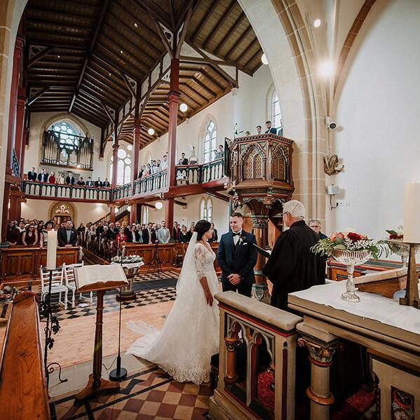 Hochzeitsfotograf_Zeremonie_in_der_Kirche_Brautpaar_Ehegeluebde