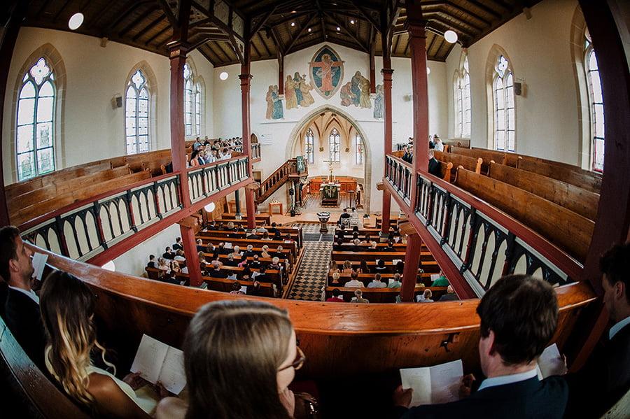 Hochzeitsfotograf_Zeremonie_in_der_Kirche_Chor_wartet