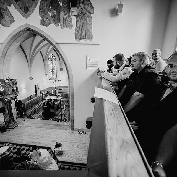 Hochzeitsfotograf_Zeremonie_in_der_Kirche_Chor_wartet_sw