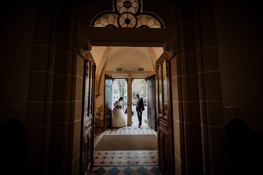 Hochzeitsfotograf_Zeremonie_in_der_Kirche_Eingang_Braut_mit_Vater