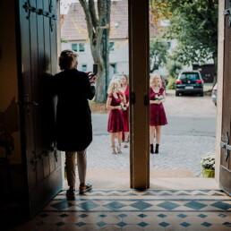 Hochzeitsfotograf_Zeremonie_in_der_Kirche_Eingang_Brautjungfern