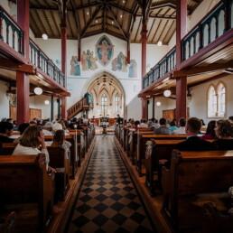Hochzeitsfotograf_Zeremonie_in_der_Kirche_Hochzeitsgaeste_warten