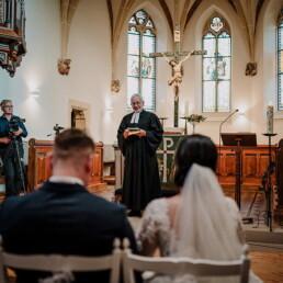 Hochzeitsfotograf_Zeremonie_in_der_Kirche_Pastor_Brautpaar