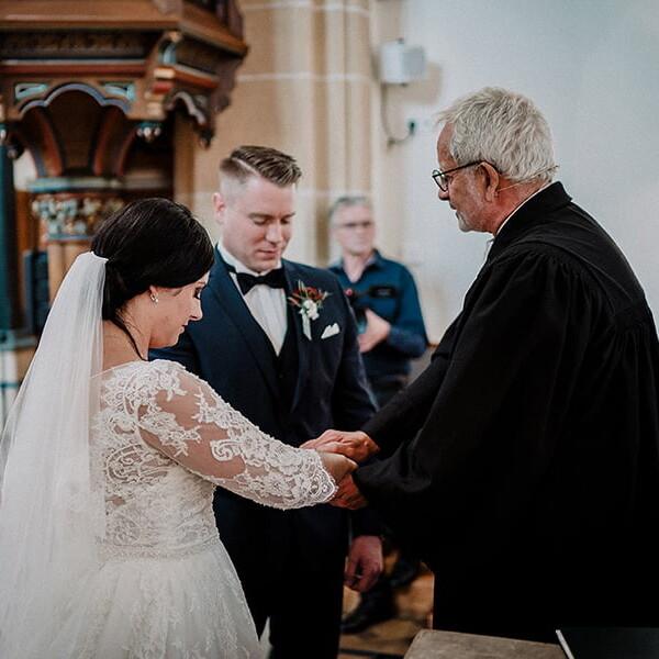 Hochzeitsfotograf_Zeremonie_in_der_Kirche_Pastor_Brautpaar_Ehegeluebde