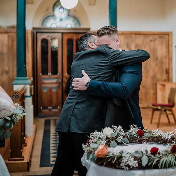 Hochzeitsfotograf_Zeremonie_in_der_Kirche_Vater_der_Braut_Braeutigam