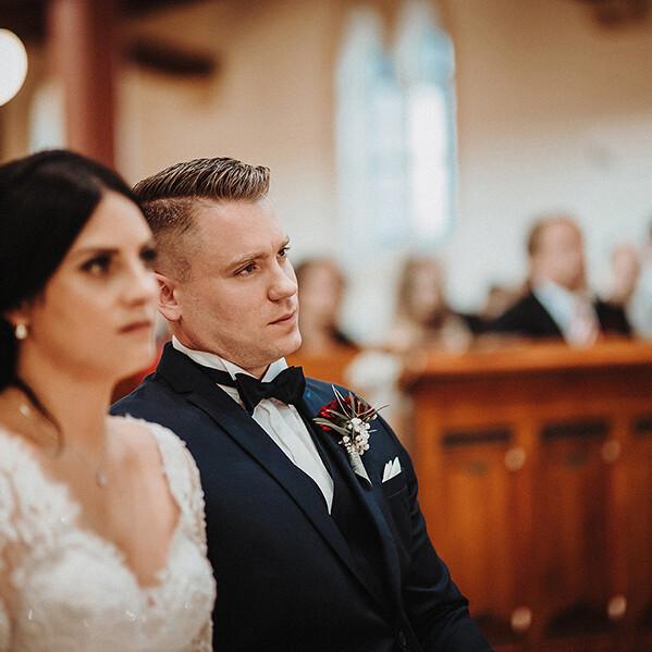 Hochzeitsfotograf_Zeremonie_in_einer_schoenen_Kirche_Braeutigam