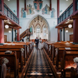 Hochzeitsfotograf_Zeremonie_in_einer_schoenen_Kirche_Brautpaar_Ausgang
