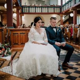 Hochzeitsfotograf_Zeremonie_in_einer_schoenen_Kirche_Brautpaar_singen
