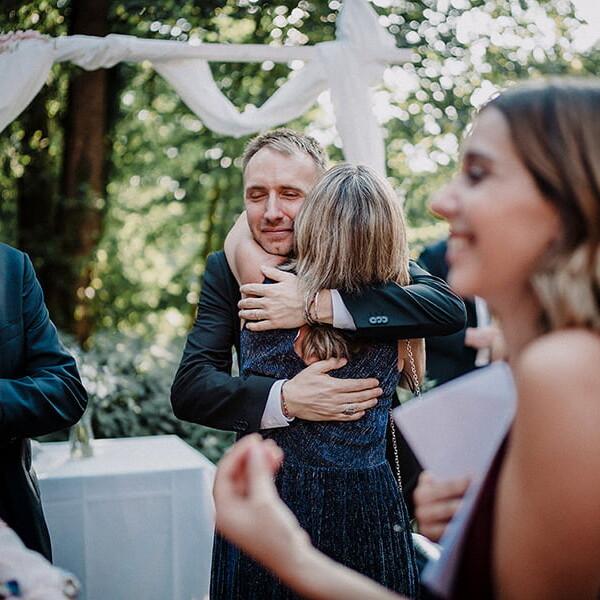 Hochzeitsfotograf_freie_Trauung_Braeutigam_nach_Ehegeluebde_Gratulation