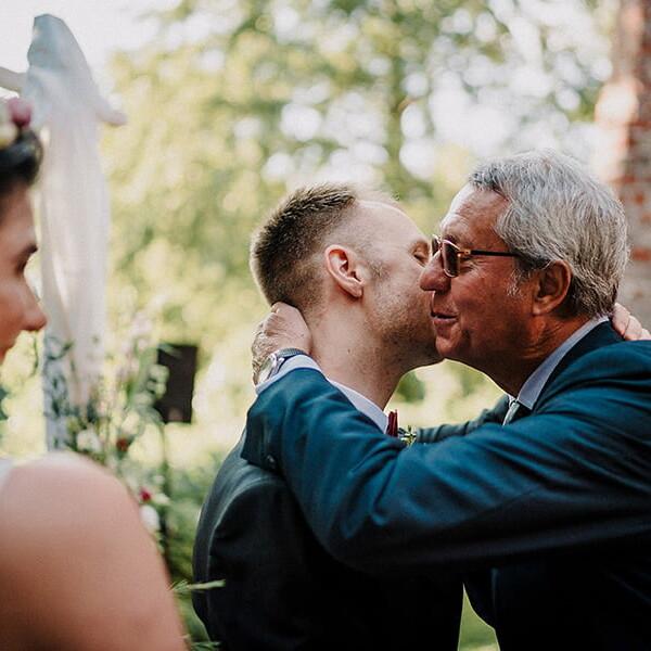 Hochzeitsfotograf_freie_Trauung_Braeutigam_nach_der_Zeremonie_Gratulation